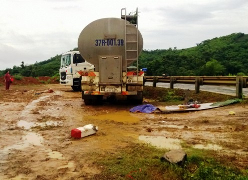 Xe bồn chở sữa tông chết hai người trong mưa bão
