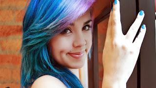 Фото красивой девушки с голубыми волосами