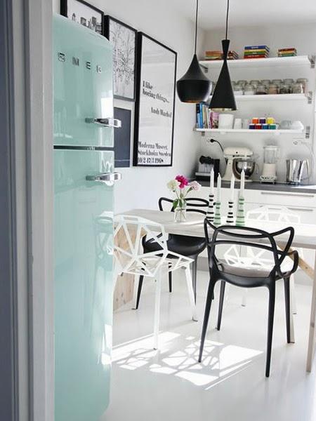 Krzesło w jasnej kuchni z niebieską lodówką