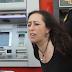 Detenidos 15 activistas antidesahucios y una concejala por un encierro en un banco en Sevilla