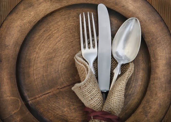 La historia de las cucharas tenedores y cuchillos for Tenedor y cuchillo en la mesa