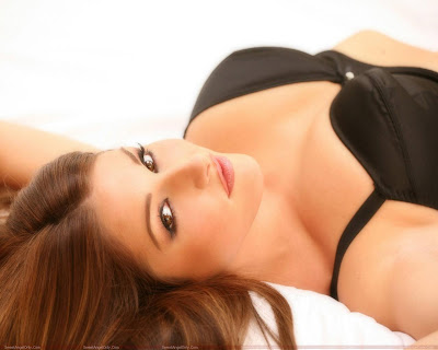 lucy_pinder_glamour_model_bikini_wallpaper_04_fun_hungama_forsweetangels.blogspot.com