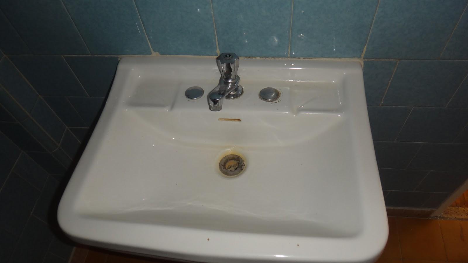 é do espelho que fica na porta estava todo enferrujado e sujo #5C371A 1600x900 Banheiro Antes E Depois