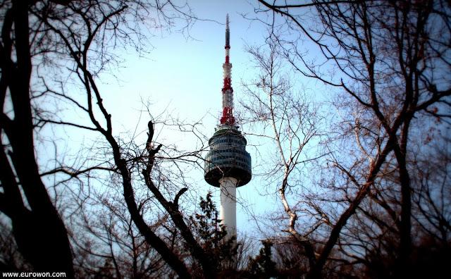 Torre N de Namsan entre ramas secas