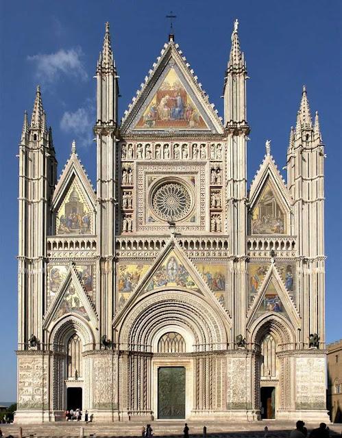 Orvieto: catedral gótica colorida com mosaicos e mármore