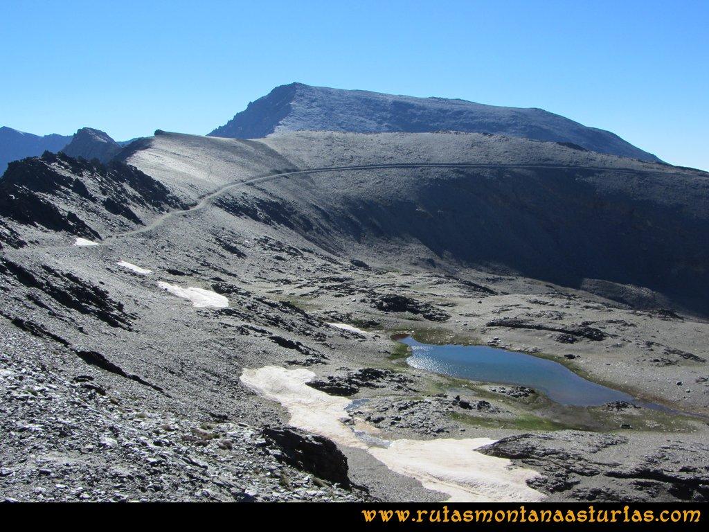Ruta Posiciones del Veleta - Mulhacén: Vista de Loma Pelada y Mulhacén