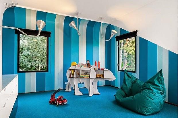 decorar pared a rayas azules con pintura azul