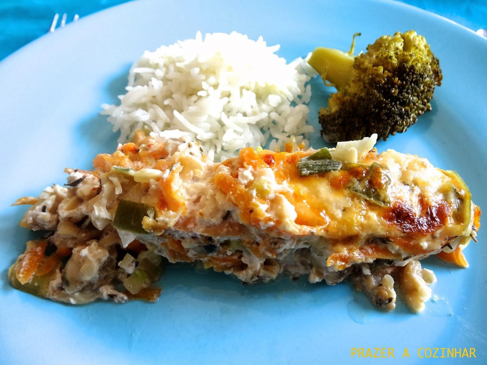 prazer a cozinhar - Salmão no forno com curgete, alho francês, cenoura e queijo