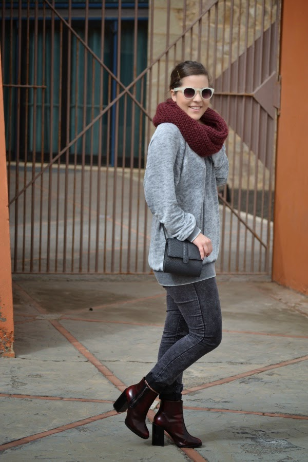 look_outfit_burdeos_gris_botines_tacon_grueso_lolalolailo_03