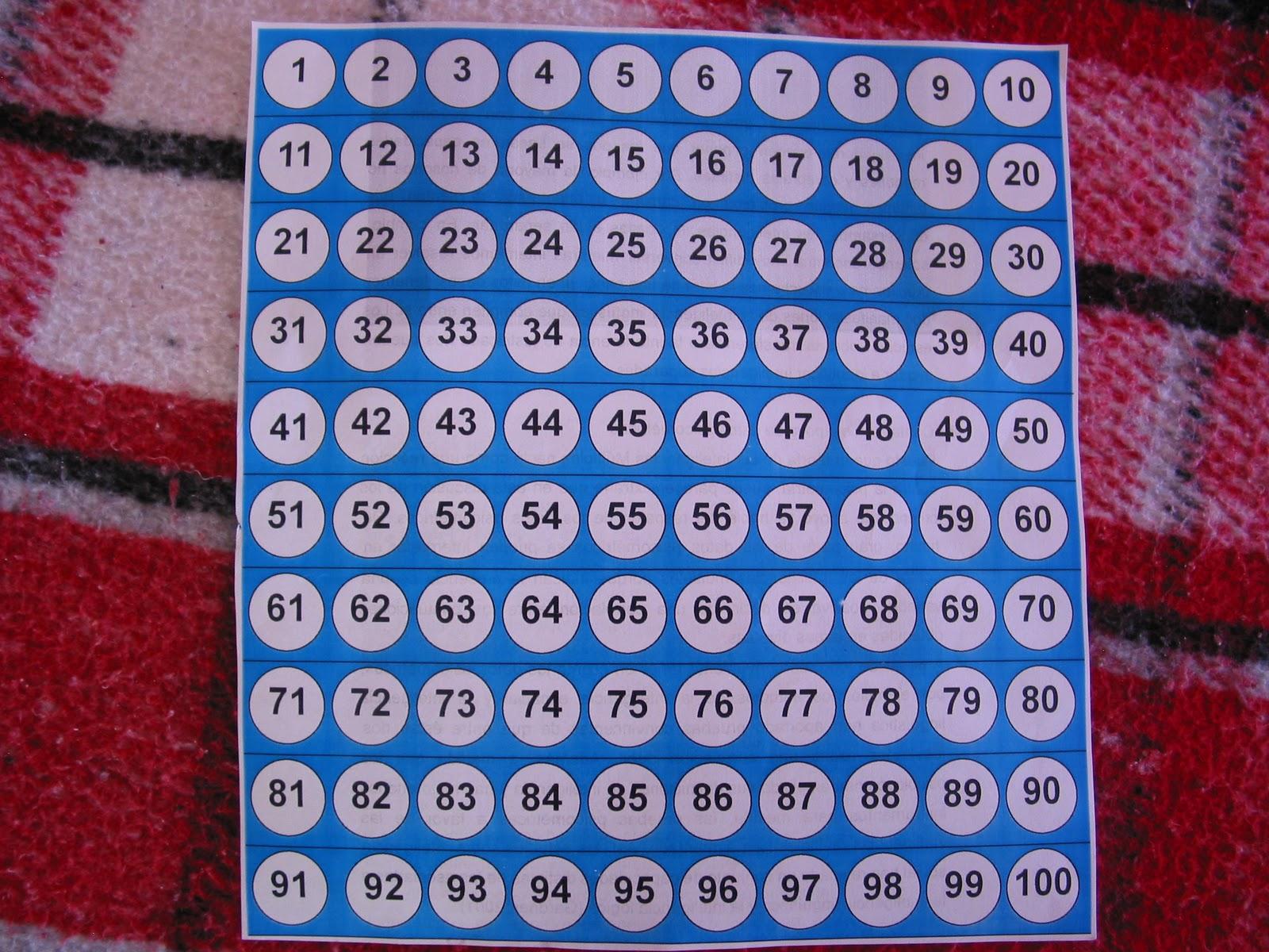 100 bases de tapas de leche pegadas sobre una madera de 40 x 40cm
