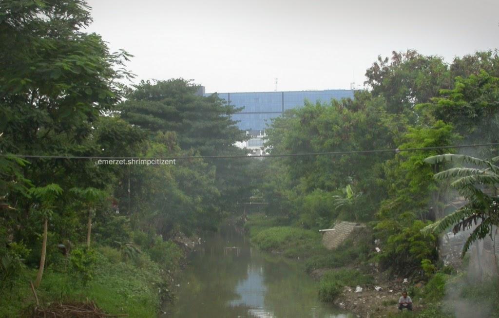 Sungai Banjir Kanal, merupakan pembatas Kota Cirebon dengan Kabupaten Cirebon