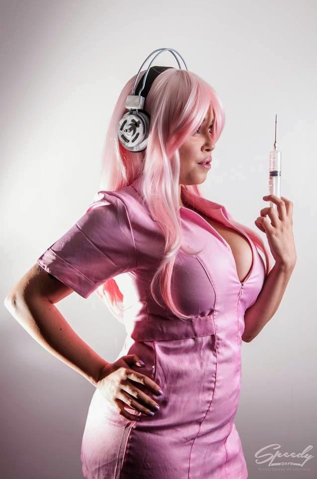photo d'Envyus Deviant en uniforme de cuir rose d'infirmière