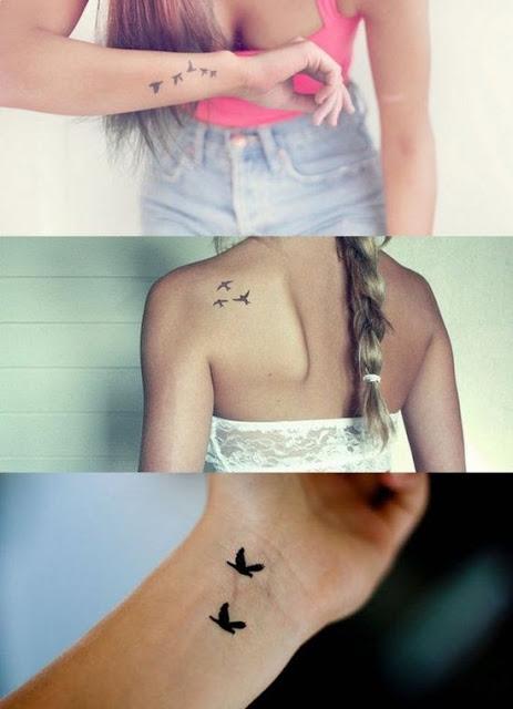 Tatuaż z motywem małych czarnozarych ptaków