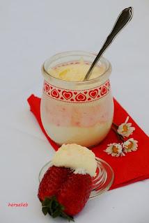 Erdbeeren und rosa-weißes Schokomousse bei herzelieb