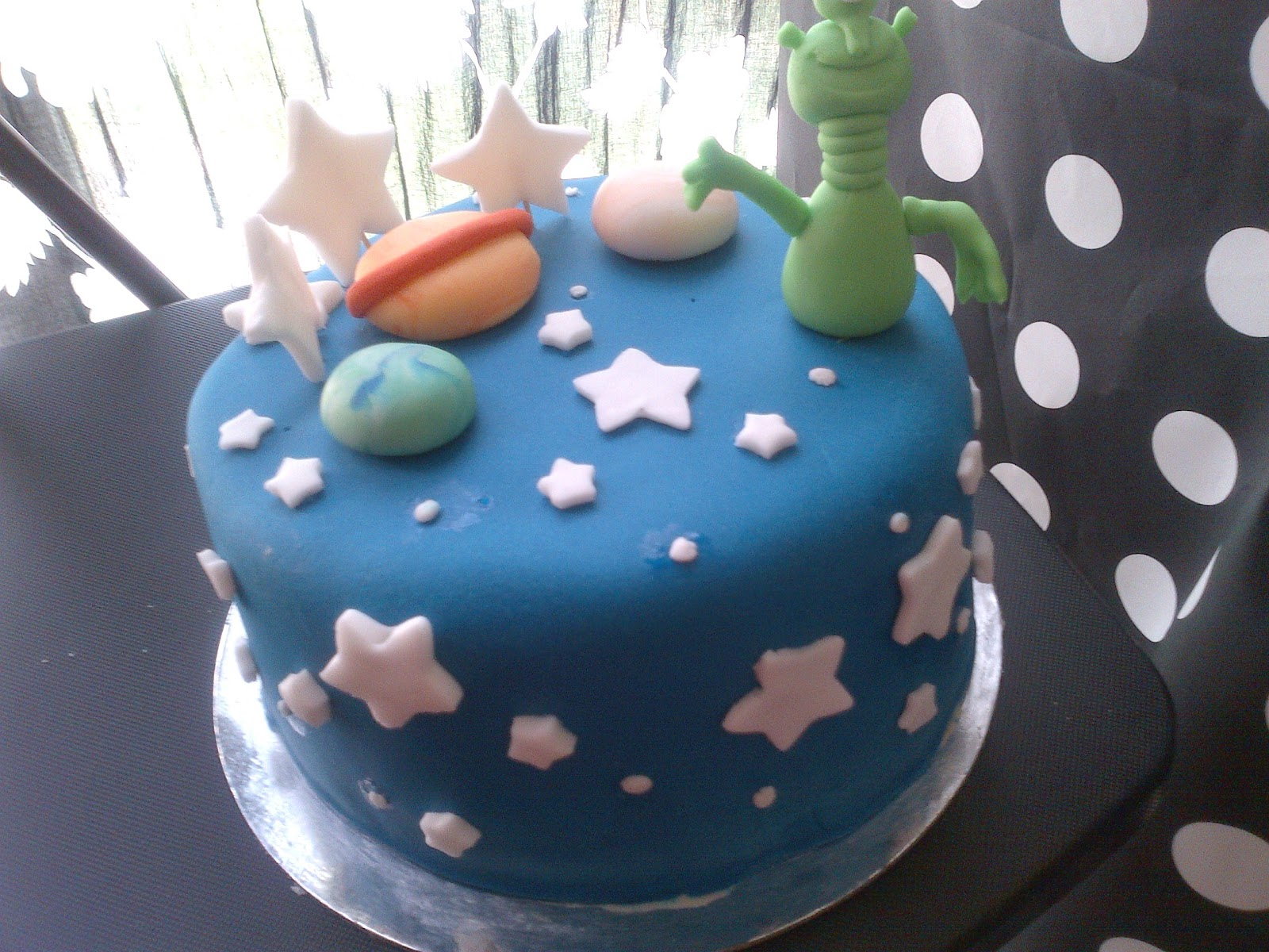 Outer space alien cake ideas and designs for Outer space cake design