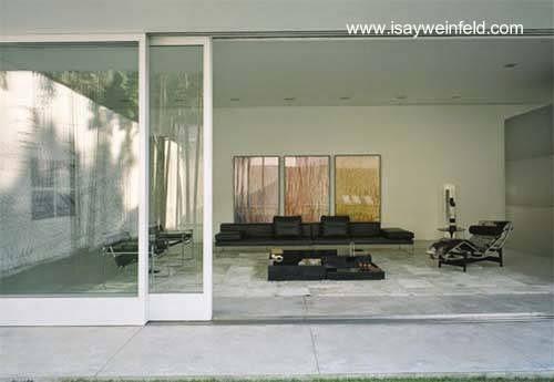 Vista del interior de la residencia minimalista brasileña