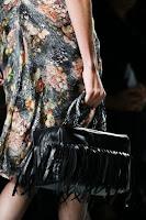 Продълговата черна чанта с ресни, дизайнер Bottega Veneta