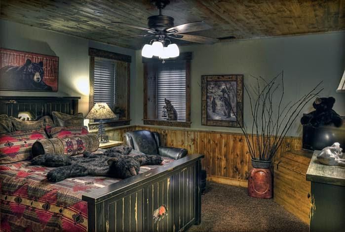 Деревянный дом в американском стиле, кровать из дерева