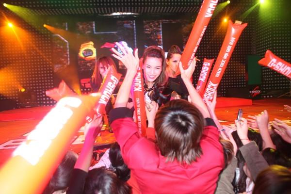 Hà Hồ tươi rói trong vòng fan