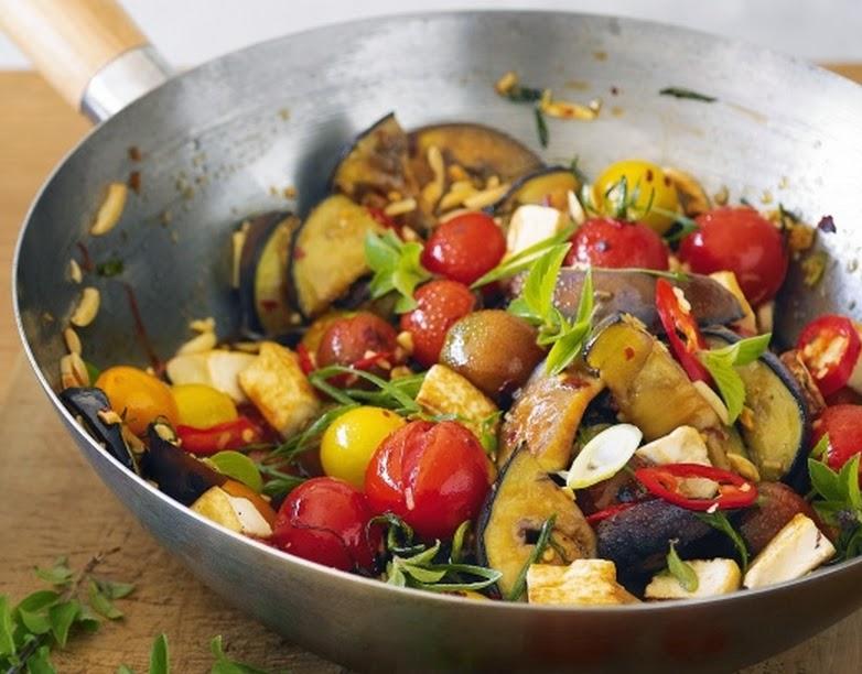 Stir Fry de Berinjela, Tomate e Tofu (vegana)