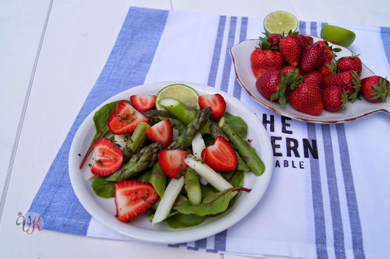 viera s kitchen spargelsalat mit erdbeeren und limetten minze dressing. Black Bedroom Furniture Sets. Home Design Ideas