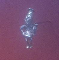 Figurine d'argent avec gobelet cérémoniel