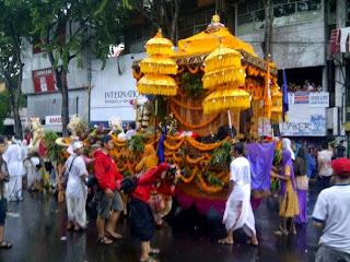 parade budaya dan bunga hut surabaya