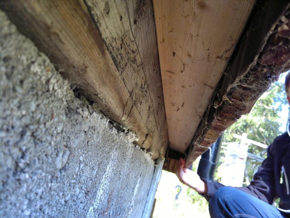 Bakre väggen: Ser tyvärr inte ut att vara gjort som jag fått för mig att man ska göra. Det ser ut att vara felkonstruerat. Dåliga val?.. Synd. Saknas luftspalt mellan panel och vattenavvisande vindskydd. Det vill säga om vatten tränger igenom det yttre skyddet fastnar den i osoleringenav och kan på så sätt även nå det inre skyddet väggkonstruktionen.