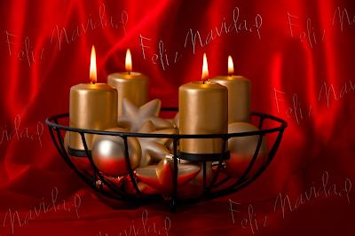 Velas de adviento encendidas con mensaje Feliz Navidad