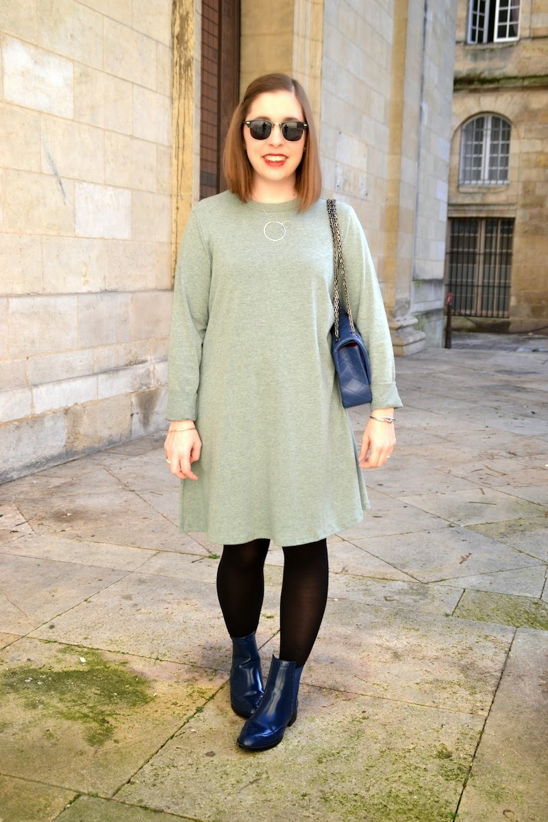 robe sheinside verte, boots bleu zara et sac matellassé bleu marine et collier presence