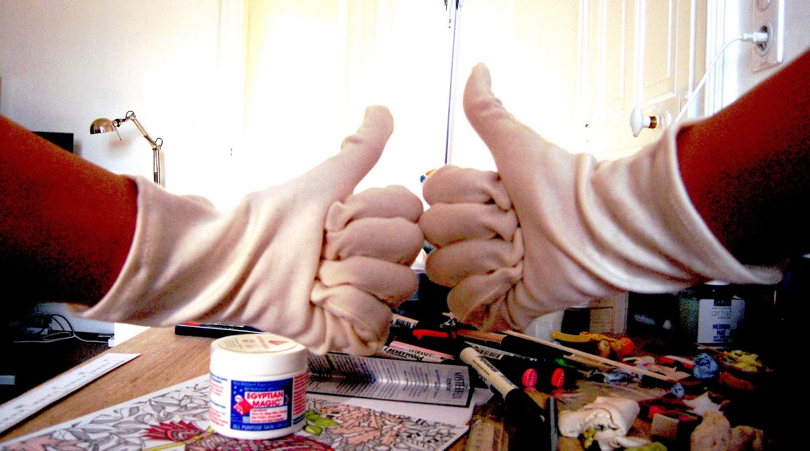 soin mains avec des gants en coton