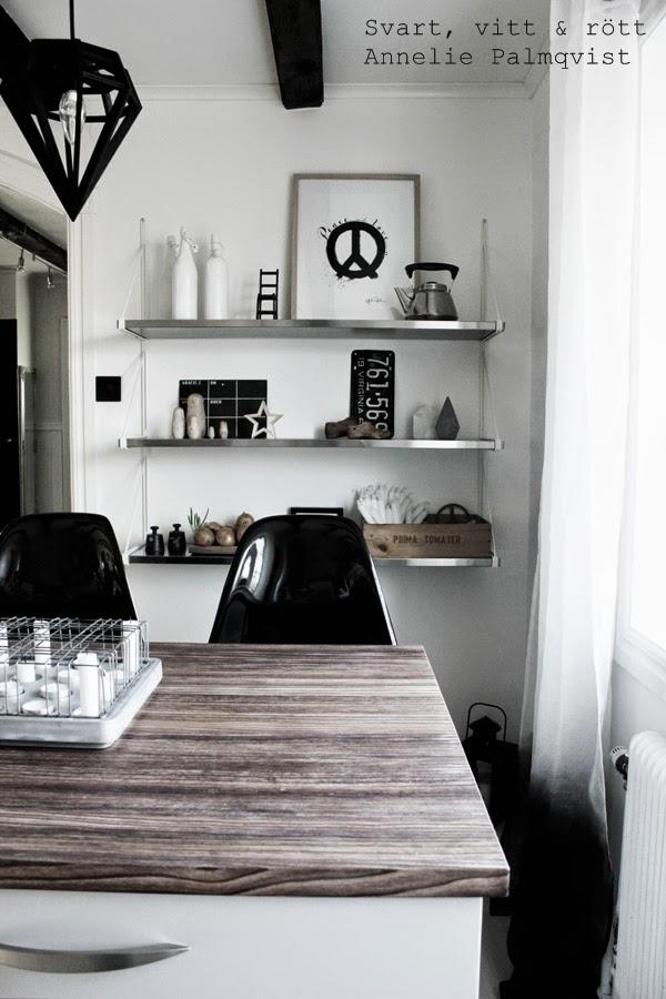 kök, kitchen, industrikök, industristil, svartvita gardiner, tunna gardiner i fönstret, köksfönster, burspråk, dip and dye gardin, köksö, hth kök, hylla ikea, inredningsdetaljer, detaljer, details, svart och vitt, kotavla, vita väggar, kaffekittel, gammalt, loppis, nummerplåt, trälåda med stearinljus, industrilampa, ljusstake, svarta stolar, peace, artprint peace, konsttryck peace, peacetecken på tavla, illsutrationer, annelie palmqvist, varberg, design