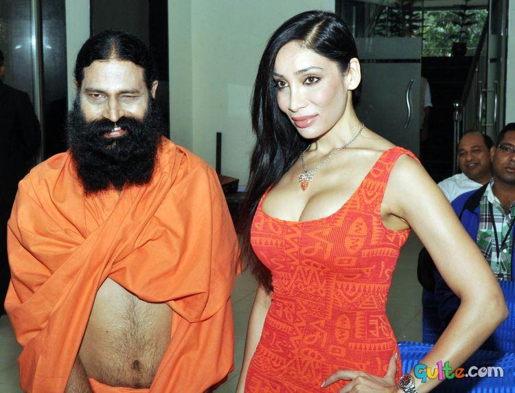 Il Dalai Lama : 2° invito online Hot+Sofia+Hayat+with+Baba+Ramdev+funny+indian