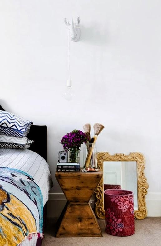 rino de porcelana blanca en la pared