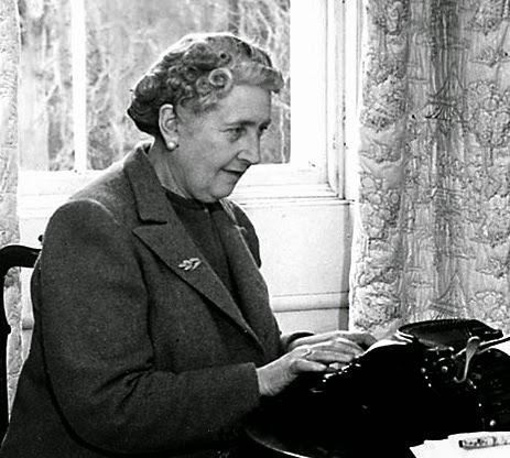 Doña Agatha al teclado