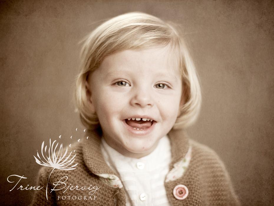 Glad liten jente, barnebilder av fotograf trine bjervig, tønsberg