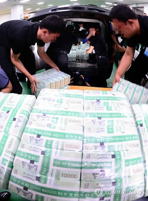 Reparto de billetes de 10.000 won en los días previos al Chuseok