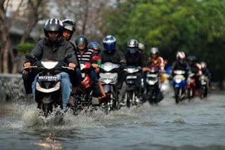 Terkena Cipratan Air Hujan, Sah untuk Shalat?