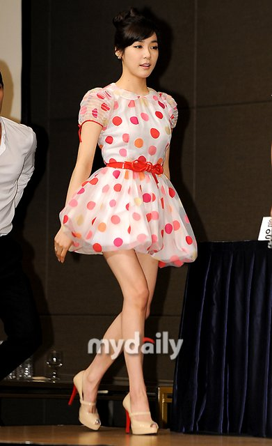 [Fanfic] Three Months for Love ~~ 9PM ~~ chapter 112 - Page 5 SNSD+Tiffany+Fame+2011+Barbie+Dress