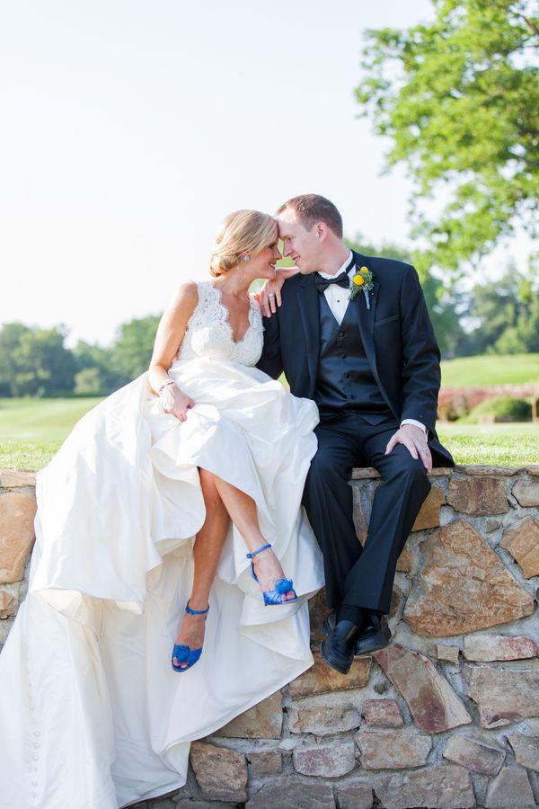 Novias con zapatos azules
