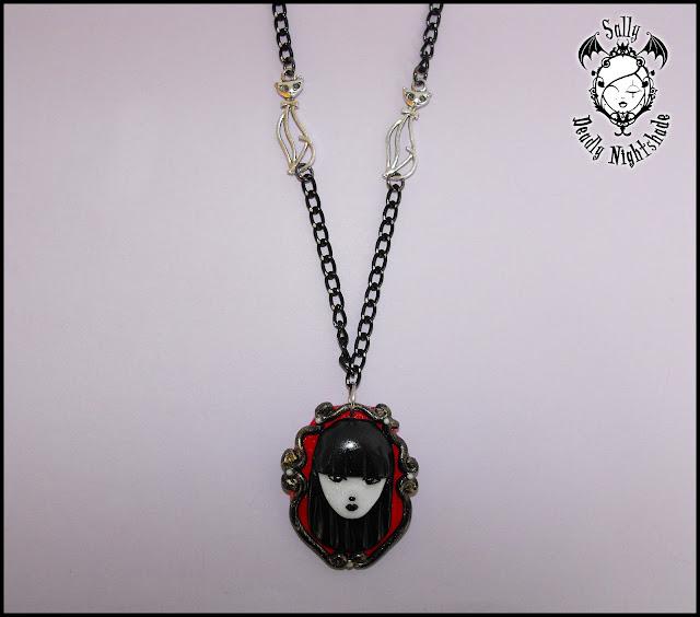 Collana Emily The Strange con ciondolo realizzato a mano in fimo, catena nera e gatti in metallo color argento