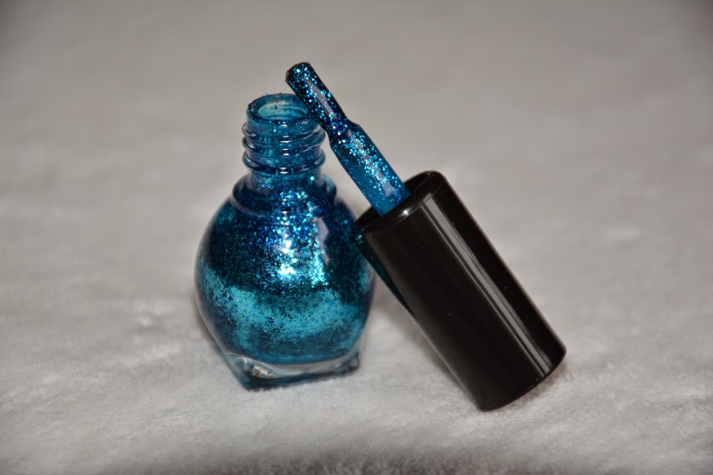 niebieski brokatowy lakier do paznokci