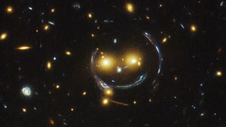 Улыбающаяся гравитационная линза