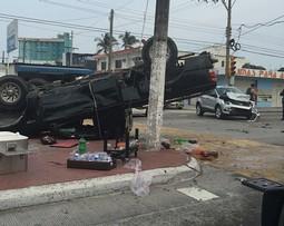 Camioneta sufre aparatosa volcadura en la calzada Costa Verde de Boca Del Rio