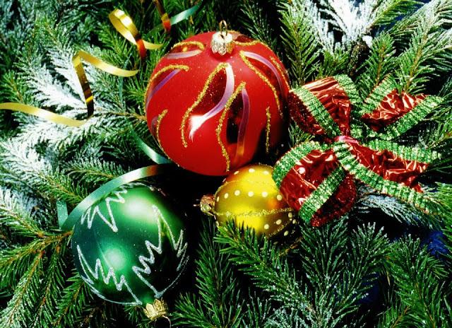 christmas tree made of balls
