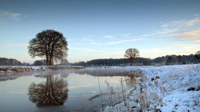 Mặt hồ lạnh giá với những hình ảnh tuyết