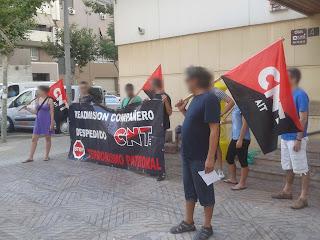 """http://www.facebook.com/pages/Anarquistas/378066755607147  Almería: Sigue el conflicto con Proilabal Compañer@s de CNT-AIT de Almería han vuelto a concentrarse en las instalaciones de la Delegación de Empleo de la Junta de Andalucía para seguir protestando por el despido de un compañero. En contra de la represión sindical y por la readmisión del mismo. Recordamos que esta empresa despidió a nuestro compañero (delegado de la sección sindical de CNT-AIT), tras las demandas hechas por éste para mejorar las condiciones laborales en la empresa. Este despido ha sido avalado por la delegada del """"sindicato"""" reformista  UGT, que para colmo es la responsable del departamento de recursos humanos de la empresa. En todo momento los transeúntes e incluso trabajador@s de empleo se han acercado interesad@s por el tema a mostrarnos su apoyo. No hubo ningún incidente. ¡Basta de represión sindical! READMISIÓN COMPAÑERO DESPEDIDO"""