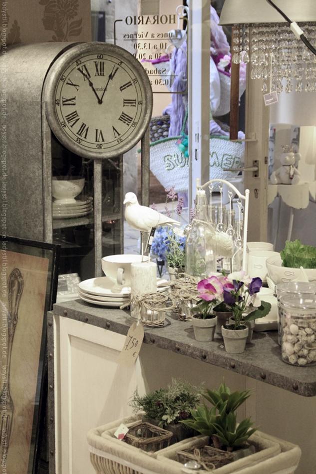 Blick auf eine Kommode mit Wohnaccessoires und einer Standuhr im Hintergrund im Geschäft Domvs Artis Palma Interior