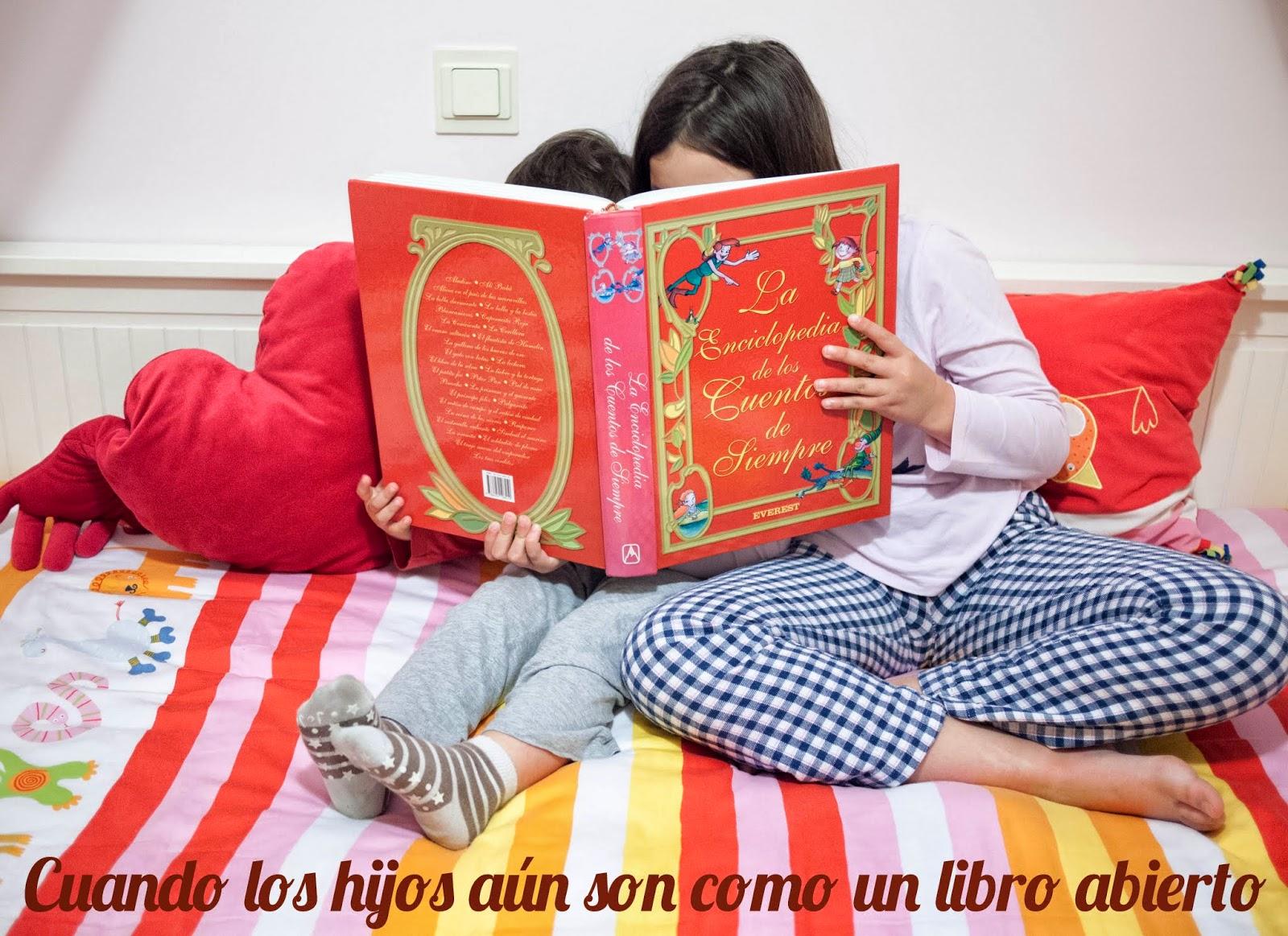 Niños detrás de un libro abierto
