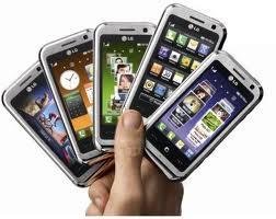 Si un desconocido llamara a su puerta y le pidiera su número de cuenta, sus datos personales y una de sus fotografías más íntimas, probablemente le cerraría la puerta en las narices sin dudarlo. Entonces, ¿por qué no protegemos con el mismo recelo todos estos datos a través de nuestro teléfono móvil? Los smartphones —teléfonos de última generación con acceso a internet e infinidad de aplicaciones, como acceso a redes sociales o geolocalización— se han duplicado en el último año en España, convirtiéndose en el segundo país del mundo en uso de estos teléfonos, con más de 20 millones de